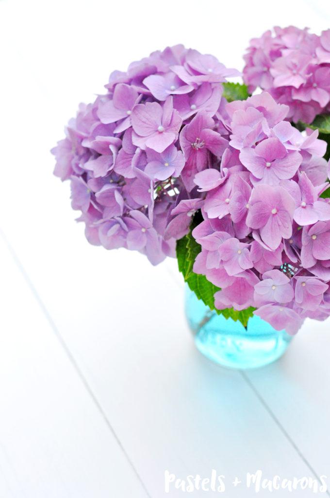 How To Turn Mason Jars Blue The Quick, Easy & Cheap Way! By Pastels & Macarons. #masonjars #masonjar #homedecor #frugaldecor #frugalliving #masonjarcraft #flowers #tablescape
