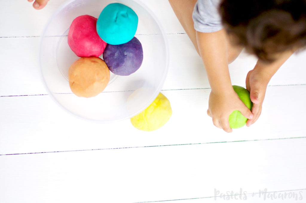 Easy Homemade Playdough Recipe by Pastels & Macarons. #playdough #homemade #homemadeplaydough #DIY #toddler #kids #sensoryplay #kidsactivities