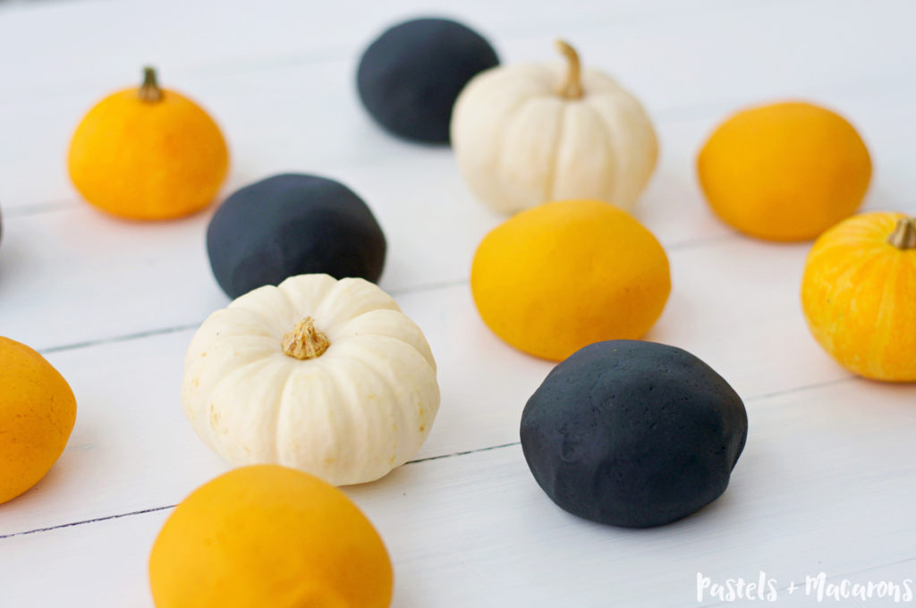 DIY Halloween Playdough by Pastels & Macarons #halloween #playdough #diyplaydough #DIY #playdoughrecipe #diypladoughrecipe #fall #autumn #kidssensoryplay #toddleractivity #kidsactivities #sensoryplay #kids