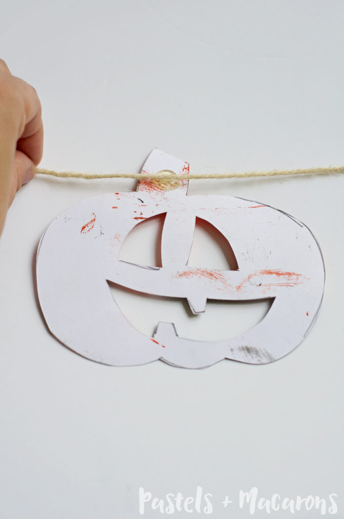 Halloween Jack-O-Lantern Garland #halloween #diy #craft #kidshalloweenactivities #kidshalloweencraft #jackolantern #fall #autumn #kidscraft #toddlercraft #toddleractivities #sensoryplay