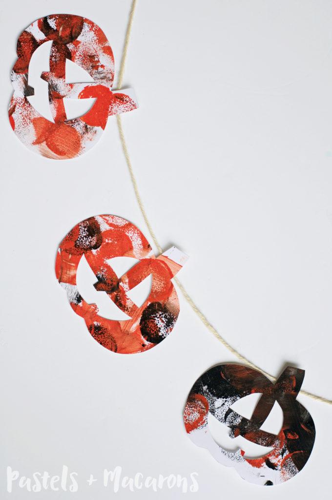 Halloween Jack-O-Lantern Garland #halloween #diy #craft #kidshalloweenactivities #kidshalloweencraft #jackolantern #fall #autumn #kidscraft #toddlercraft #toddleractivities #sensoryplay