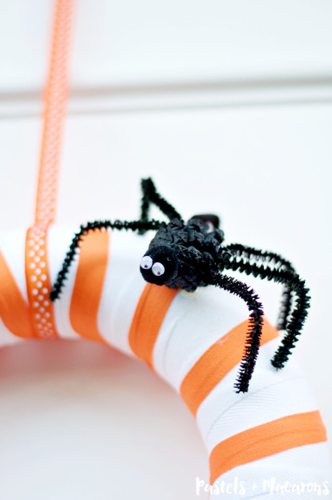 DIY Spider Family Halloween Wreath by pastels & Macarons #DIY #handmade #halloween #diyhalloweenwreath #spiders #halloweenspider #fall #autumn #tutorial #craft #home #homedecor #wreath #seasonalwreath #pipecleanercraft #kids #kidscrafts #familycrafts