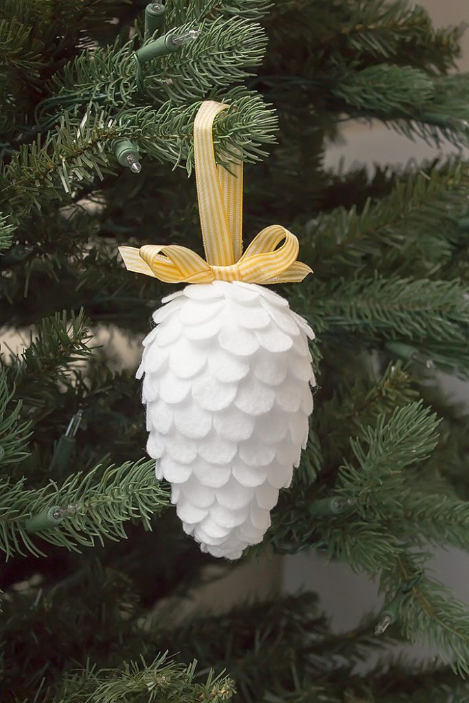 Simple and beautiful fauc pinecone Christmas felt ornament craft for your Christmas tree decor. This is a simple and gorgeous DIY that you can easily make