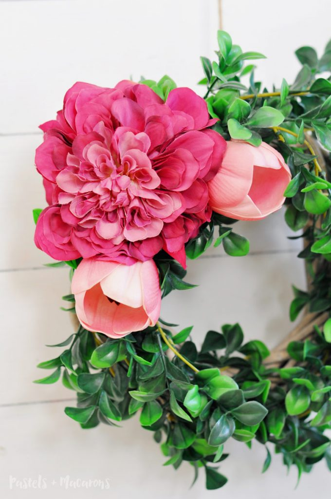 After easy, simple and fast wreath ideas? Look no further than this beautiful DIY spring wreath tutorial using flowers and basic craft supplies.
