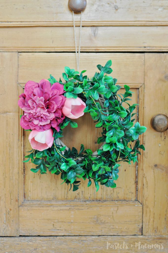Easy DIY Spring Wreath using flowers. This is a simple tutorial if you're after quick wreath ideas using basic supplies. It will only take you 10 miuntes to make!