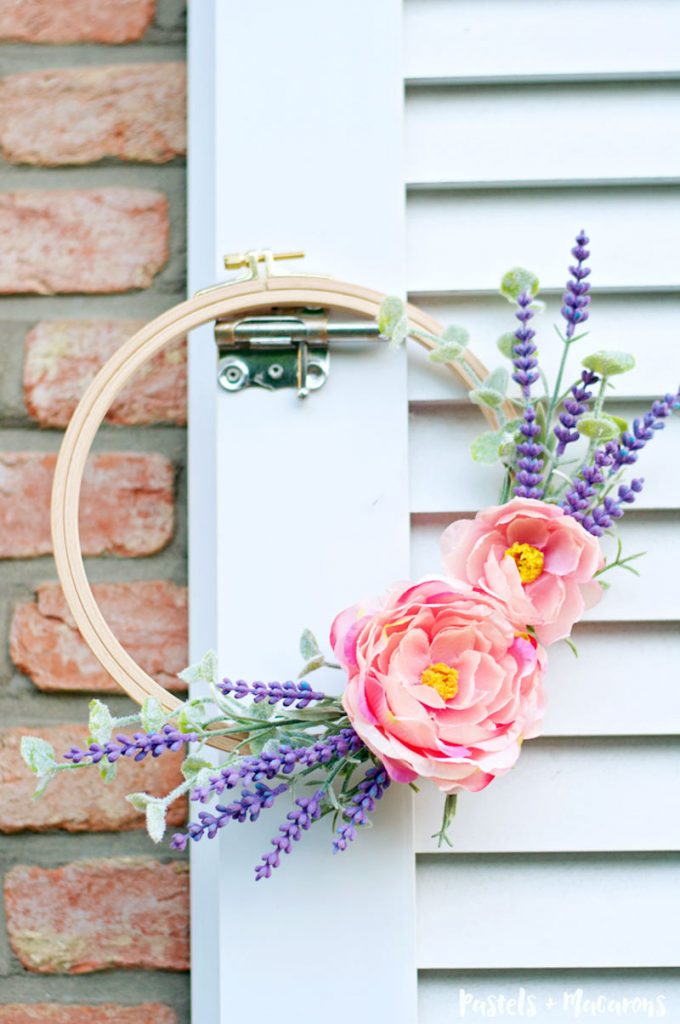 DIY embroidery hoop lavender wreath craft perfect for spring. This is such a quick and easy tutorial for your home decor!