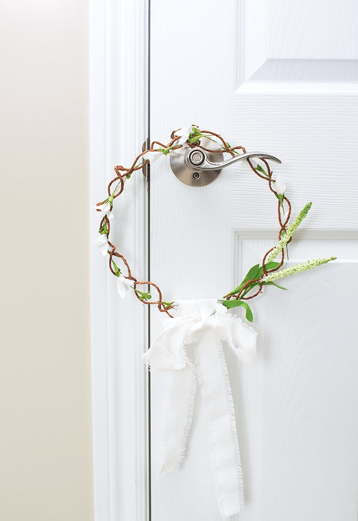 Beautiful Farmhouse style Spring door wreath you can DIY yourself with this easy to follow tutorial