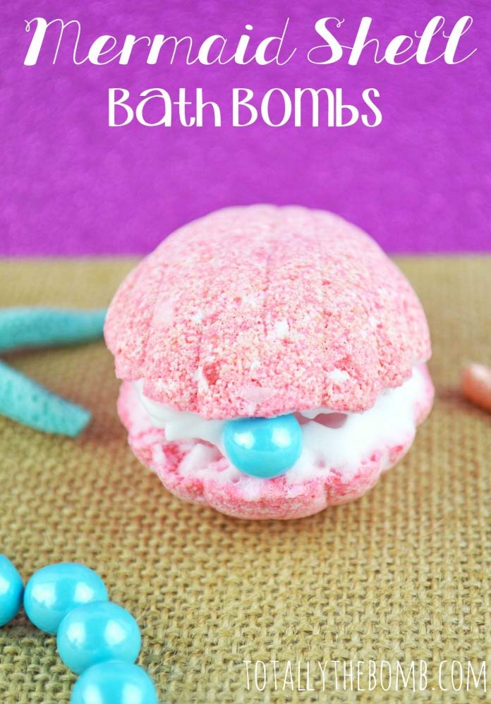 Gorgeous DIY bath bombs including this clam glitter bath bomb! See all 18 here!
