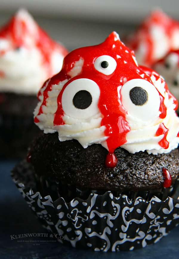 How COOL. Scary Halloween cupcakes for kids! Love all of these ideas. Perfect baking for kids this Halloween.