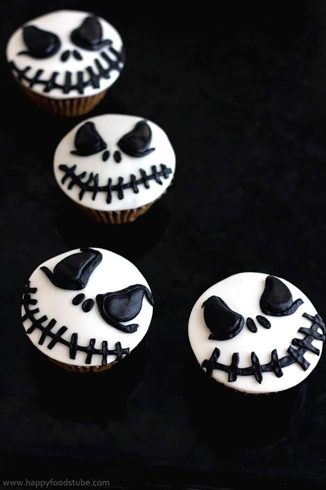 Scare the kids this Halloween with these easy Halloween Cupcake ideas for kids. Love them all.
