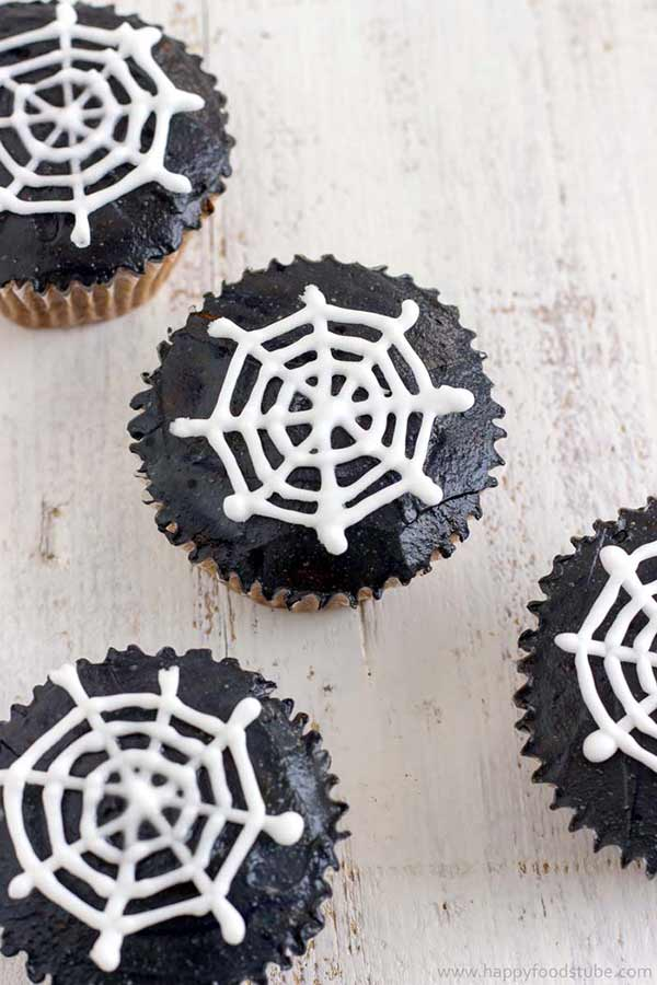Super cute and easy Halloween cupcakes for kids. Some really cute ideas. I love the one with eyes. They are particularly scary.