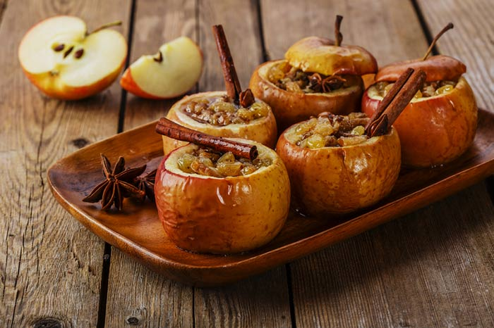 Some of the BEST ways to make your home smell like Fall! Why not bane some delicious cinnamon apples and get that yummy fragrance through the house?